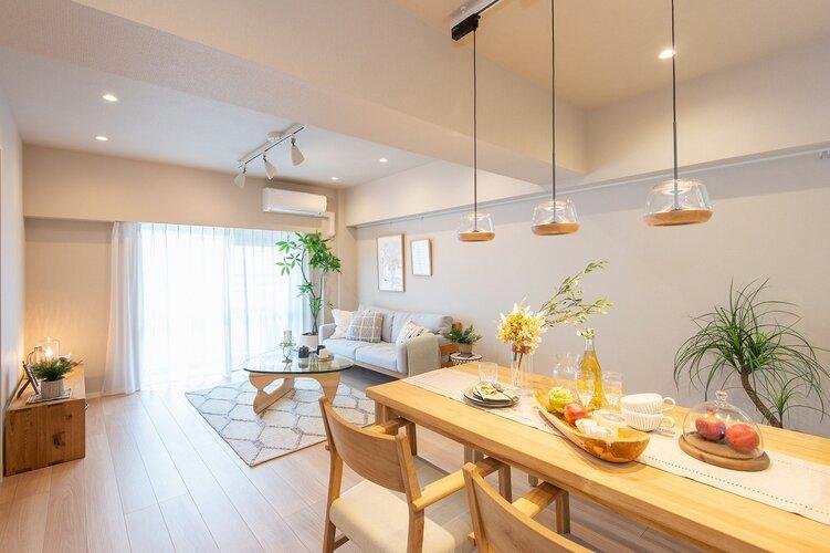 南西向きの窓から明るい光が差し込むリビングダイニングキッチン(約16.4帖)です。フローリングは木目が美しいナチュラルタイプを採用しました。