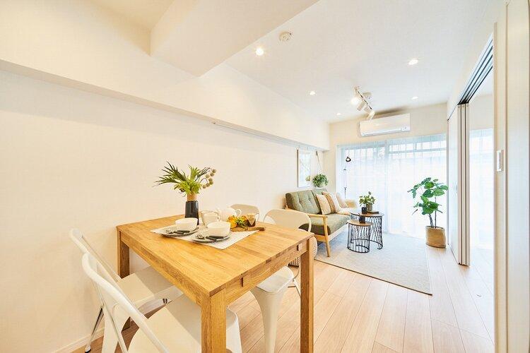 東南西角部屋につき陽当たり・通風良好なリビングダイニングキッチン(約10.0帖)です。縦長のリビングで家具のレイアウトがしやすいお部屋です。