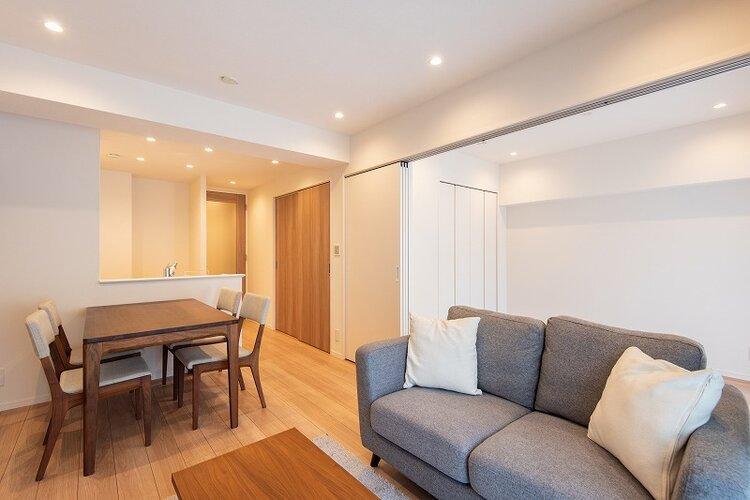 リビングダイニングキッチンは洋室3と隣接し、仕切りを開放することでより広々とお使いいただけます。