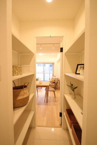 収納スペースが2つあり、片側はシューズ収納スペースに片方はインテリアなど飾るのもお洒落ですね♪