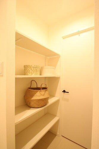 人を迎え入れる最初の場所だからこそ、清潔感があり纏まった空間にして頂ける様にゆとりあるのシューズ収納スペースを設けました。