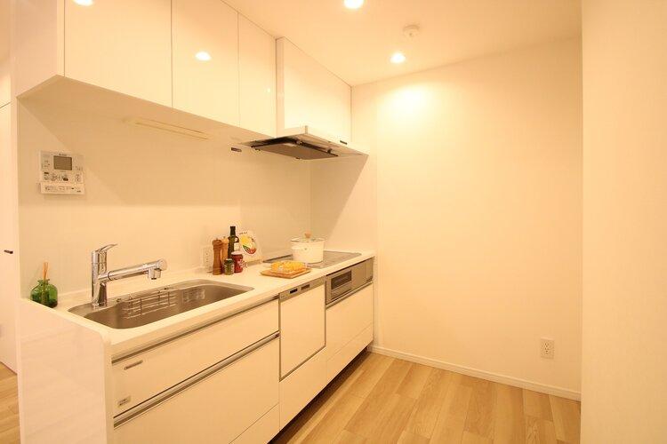 食洗器付きのキッチンは時間の節約になりますね。手で洗えない高温で洗うため、油汚れもしっかりと落とすことができます。