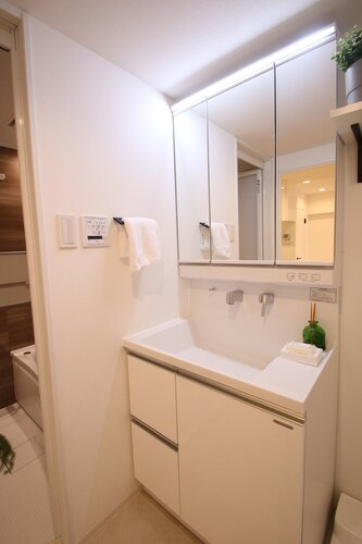 三面鏡は身だしなみを整えやすく、収納スペースもあるため、洗面スペースをすっきりと見せることができます。